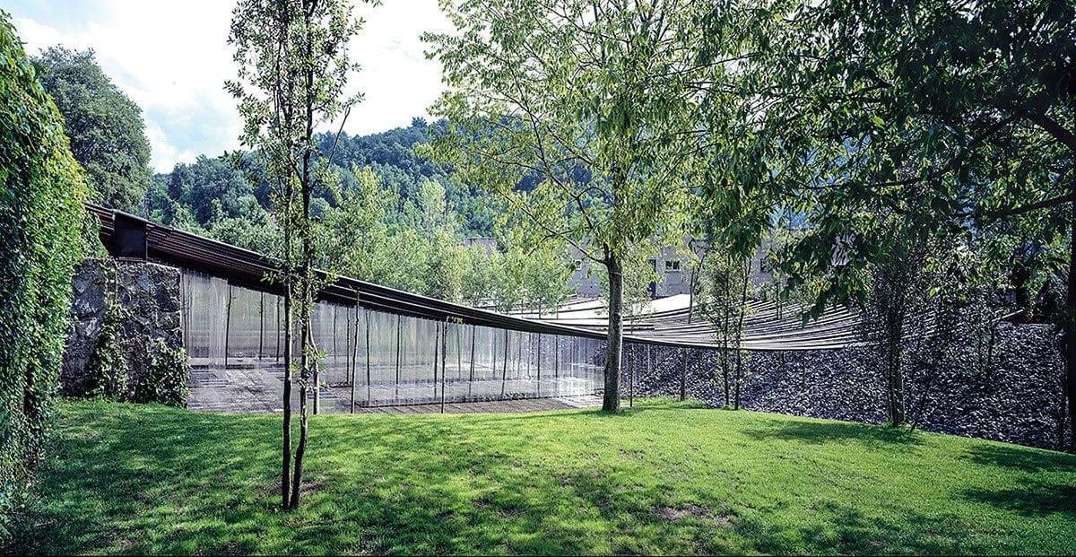 Das Dach aus transparenten Röhren fügt sich mit seinen Formen und Linien gut in die Umgebung ein.