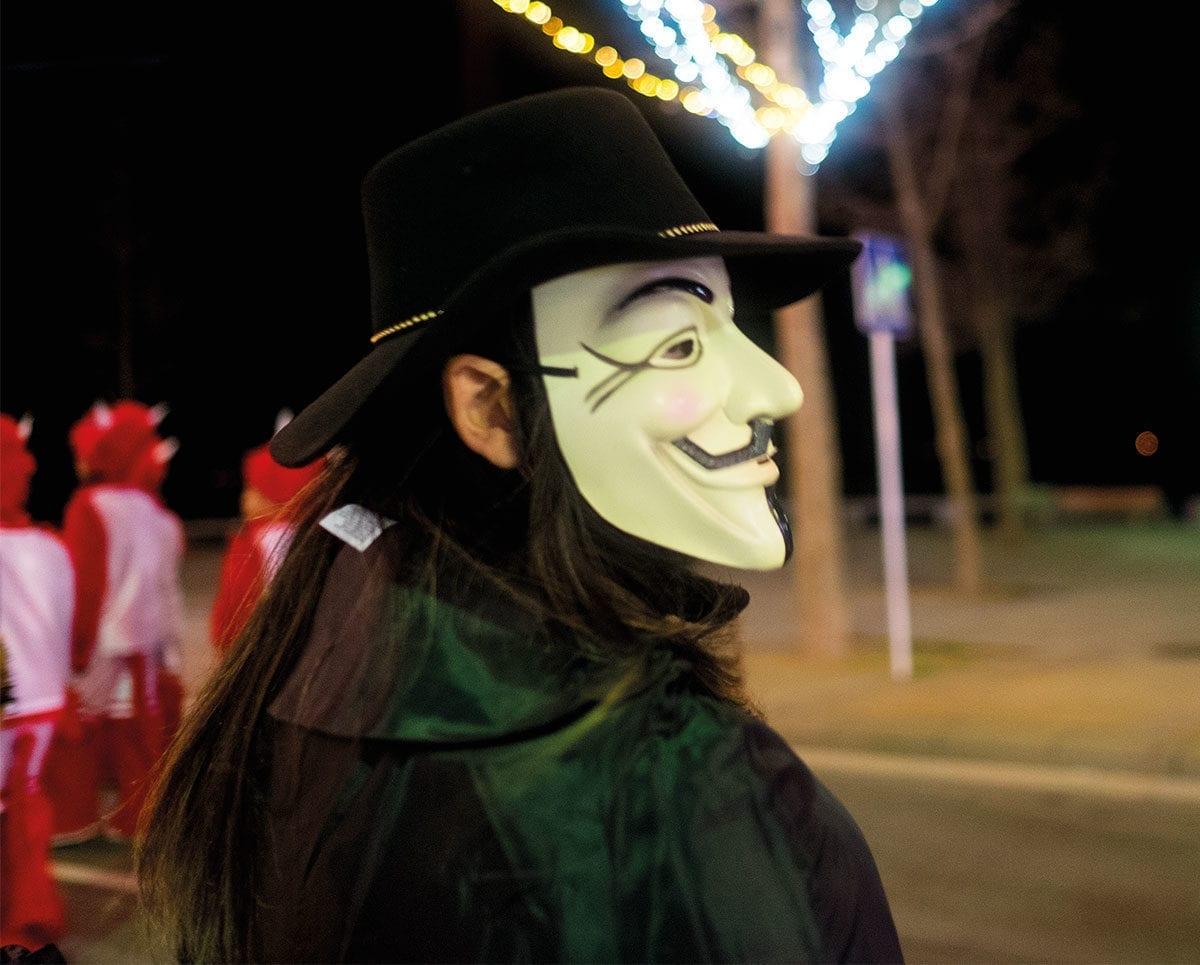 Gemischtes Doppel: Maske und Hut ergeben die perfekte Kostümierung.