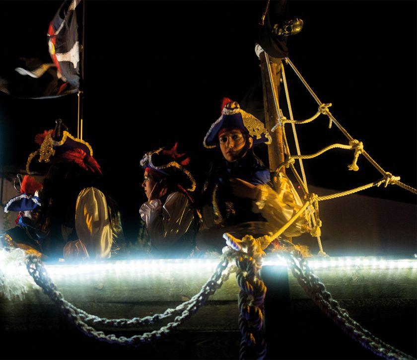 Zusammen mit den anderen Narren erobern diese Piraten die Straßen der Stadt.