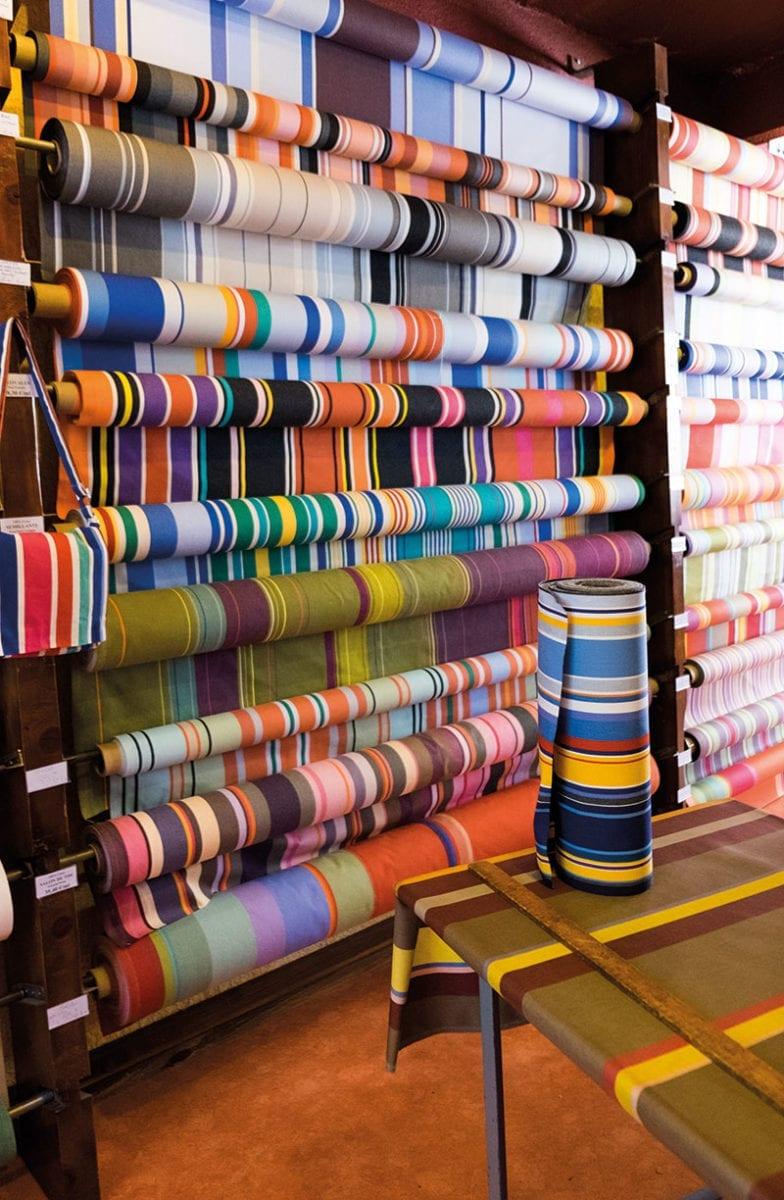 Gestreifte Meterware in Textilfabrik