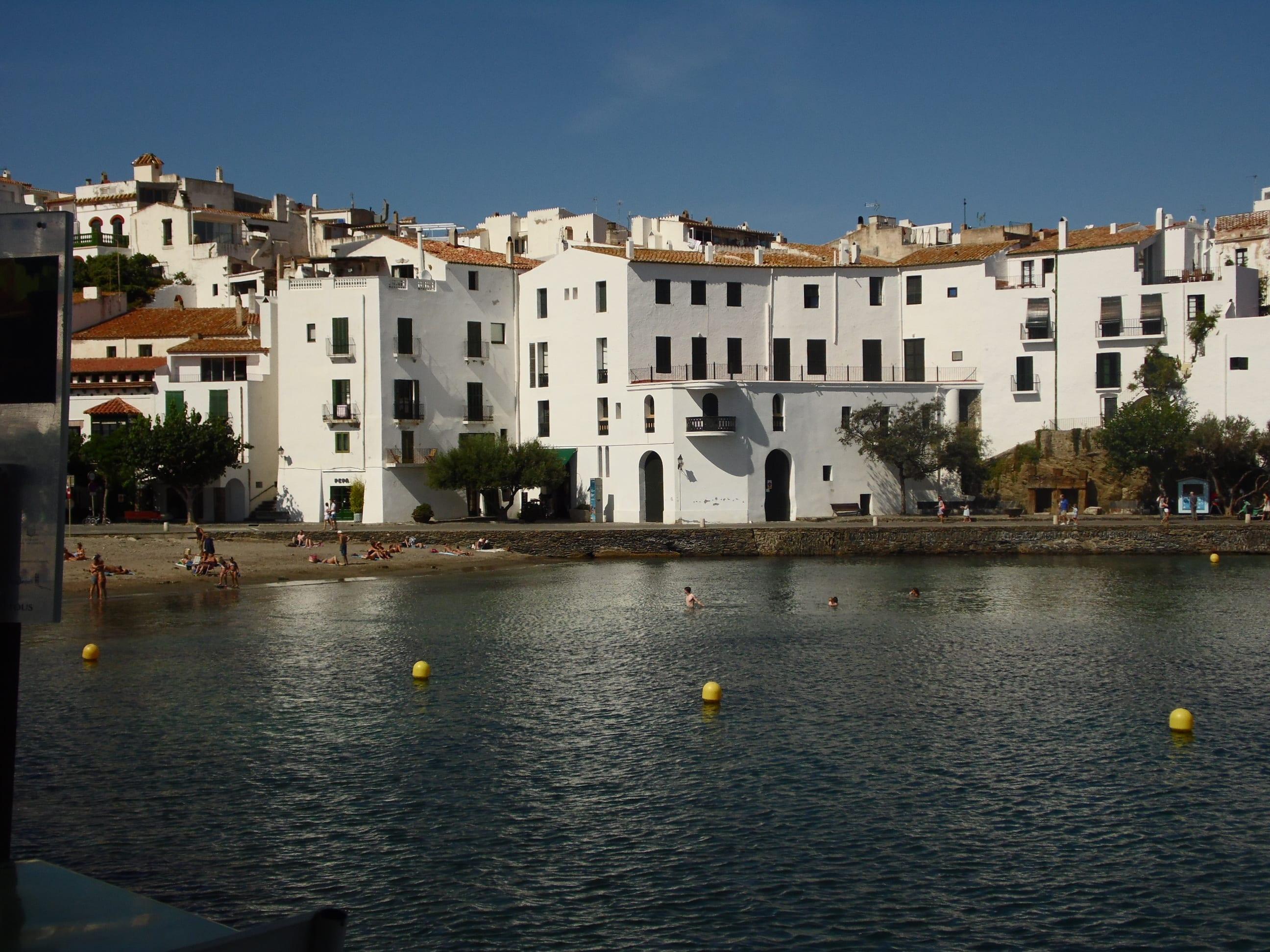 Die hellen Häuserfassaden sind charakteristisch für den Ort.