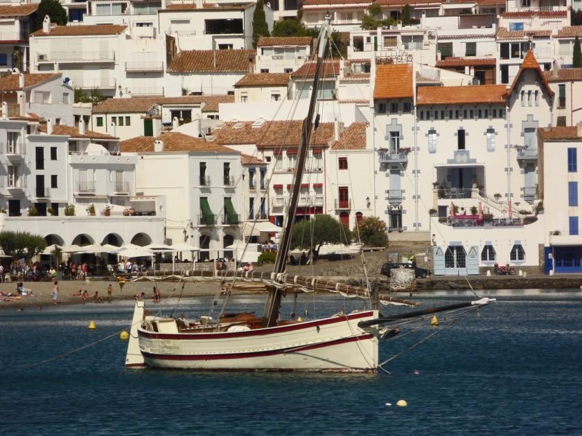 Ein Fischerboot vor Cadaqués.