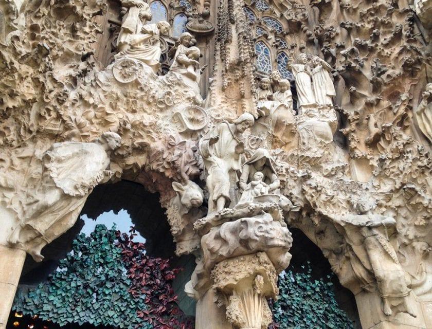 Detailverliebte Außenfassade der Sagrada Família.