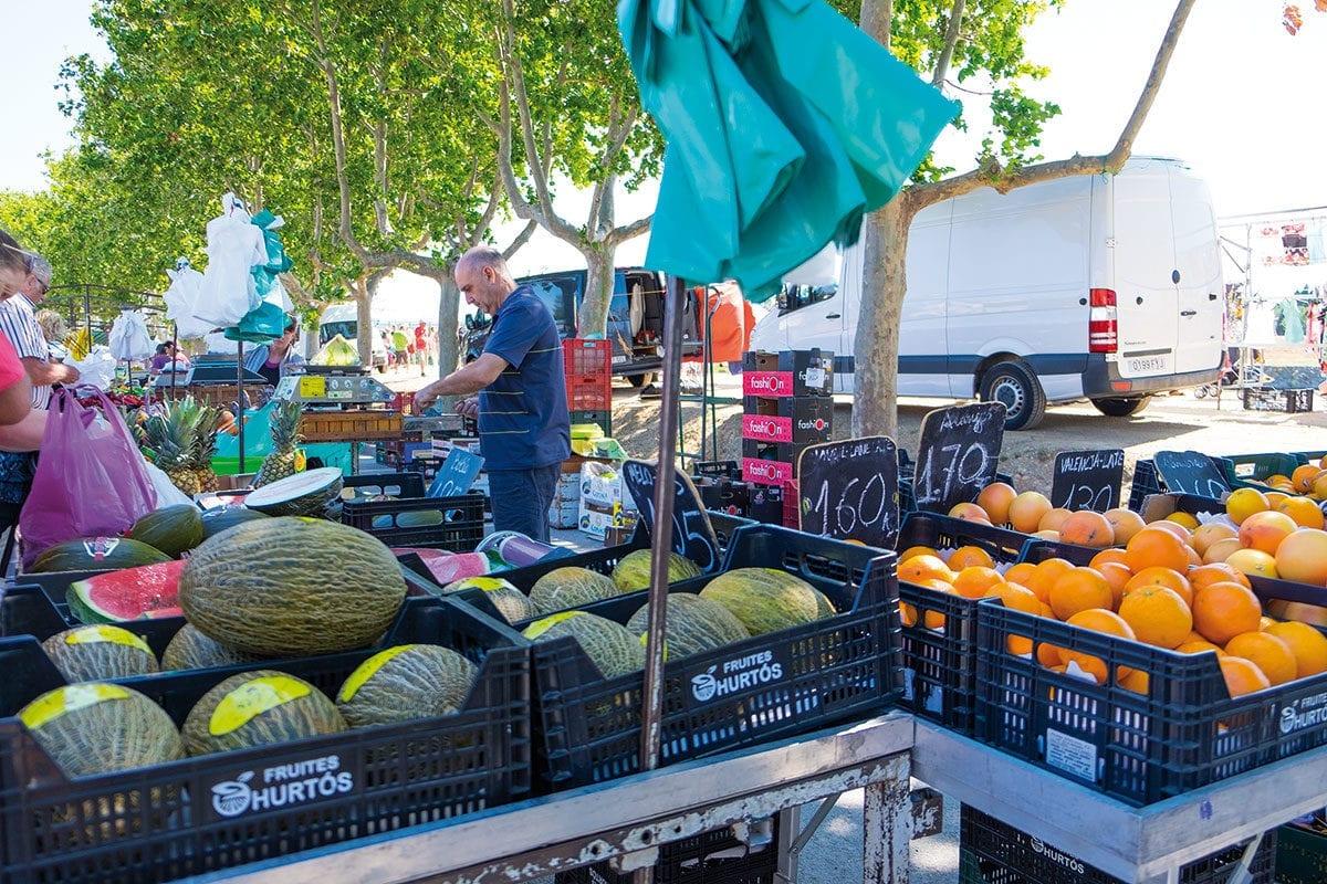 Obststand auf dem Wochenmarkt von Sant Pere Pescador