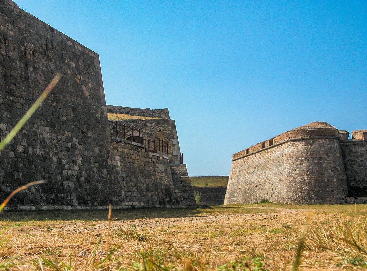Die hohen Festungsmauern der Anlage