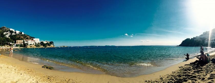 klares Wasser und feiner Sand am Strand Almadrava