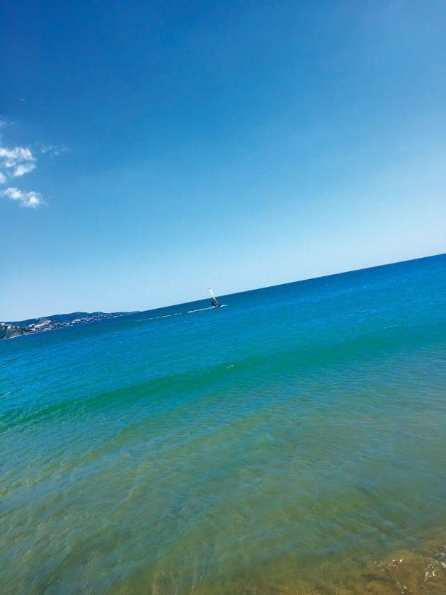 klares Wasser am Strand La Rubina in Empuriabrava