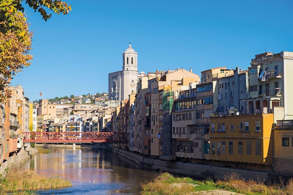 Häuser um Ter in Girona