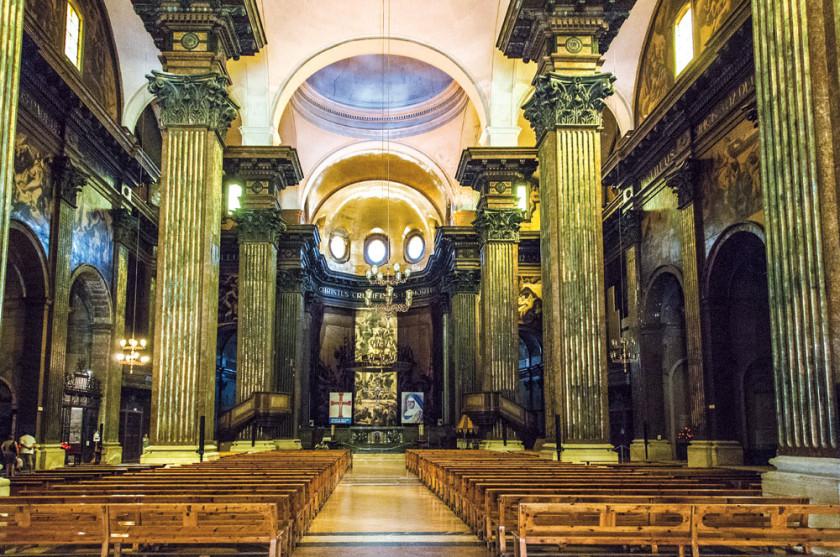 Der beeindruckende Mittelsaal der Kirche.