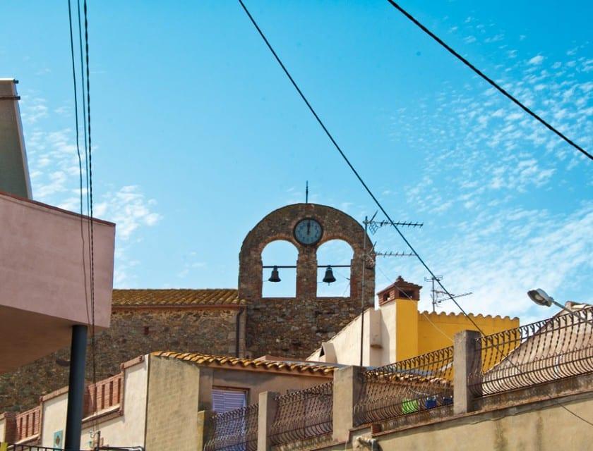 Blick auf den Glockenturm des Dorfes.