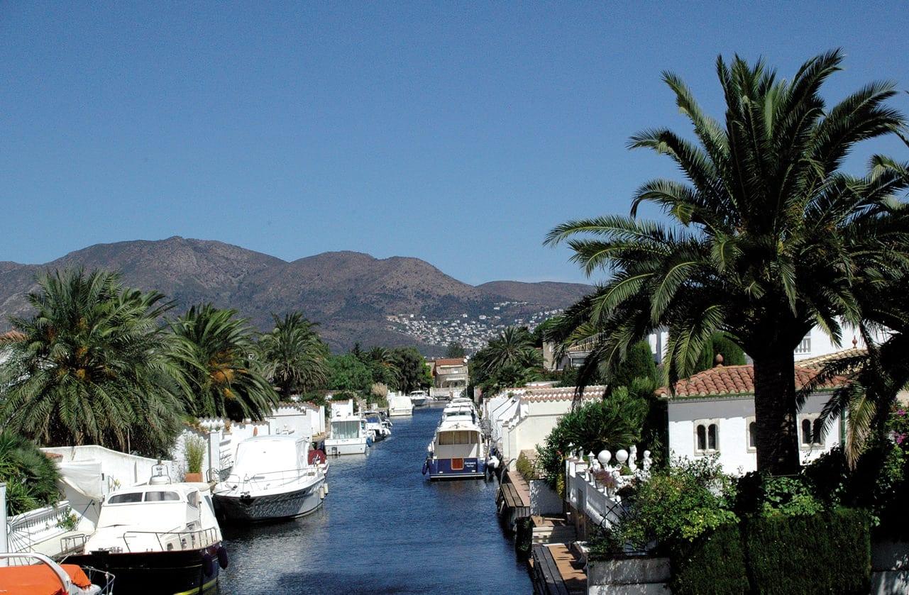 Villa am Kanal mit Anleger