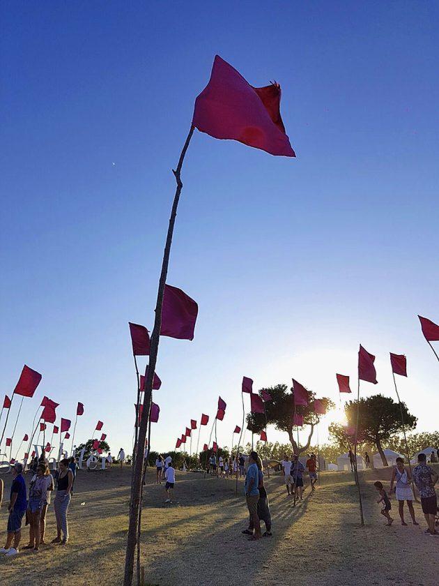 Die pinken Flaggen versprühen einen romantischen Flair