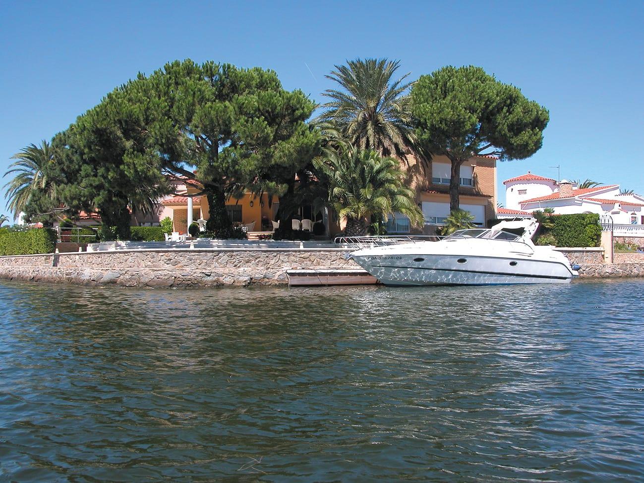 Yacht vor der eigenen Villa anlegen