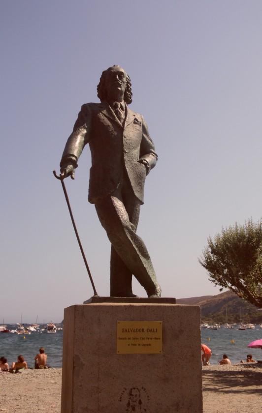 In Cadaquès befindet sich eine Dali Statue am Strand.