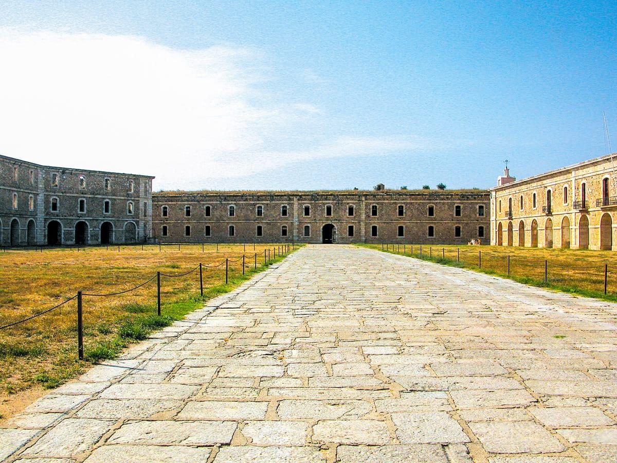 Der Kasernenhof der Festung