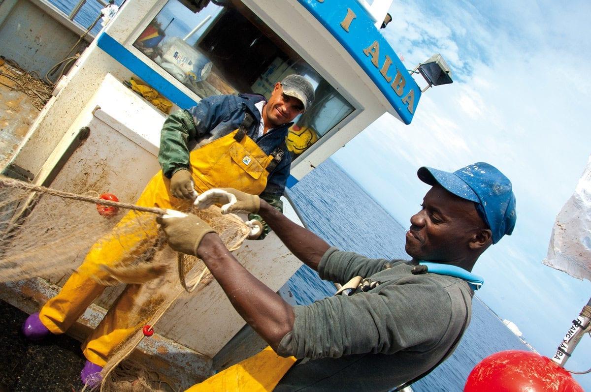 Fischer haben Spass bei der Arbeit