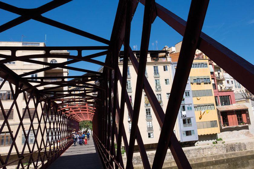 Blick auf die rote Brücke in Girona