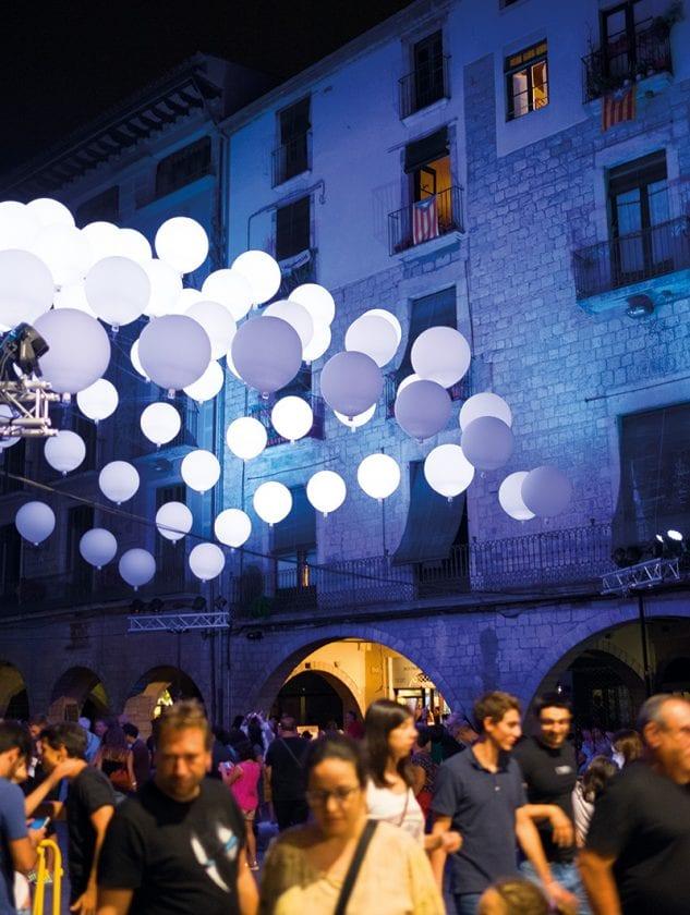 Ballons schweben in der Nacht zum Takt der Musik