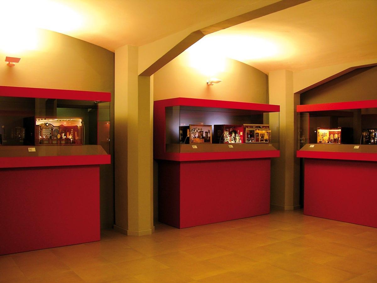 Vitrinen mit Ausstellungsobjekten