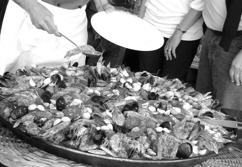 Paella ist ein typisch spanisches Gericht.