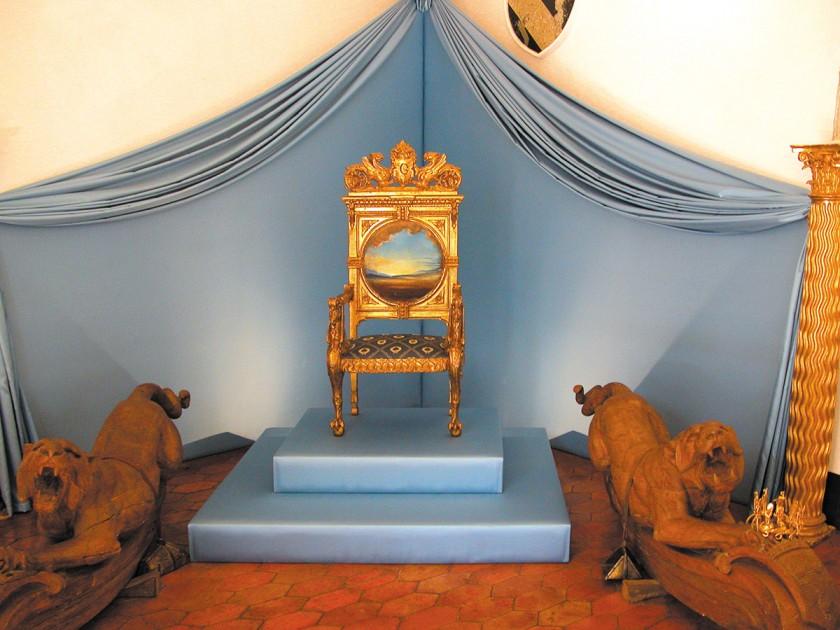 Dalís Thron im Schloss Púbol